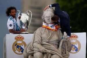 سيرخيو راموس يحتفل مع مارسيلو بدوري أبطال أوروبا في ساحة سيبيليس بالعاصمة الاسبانية مدريد (صور: Getty)