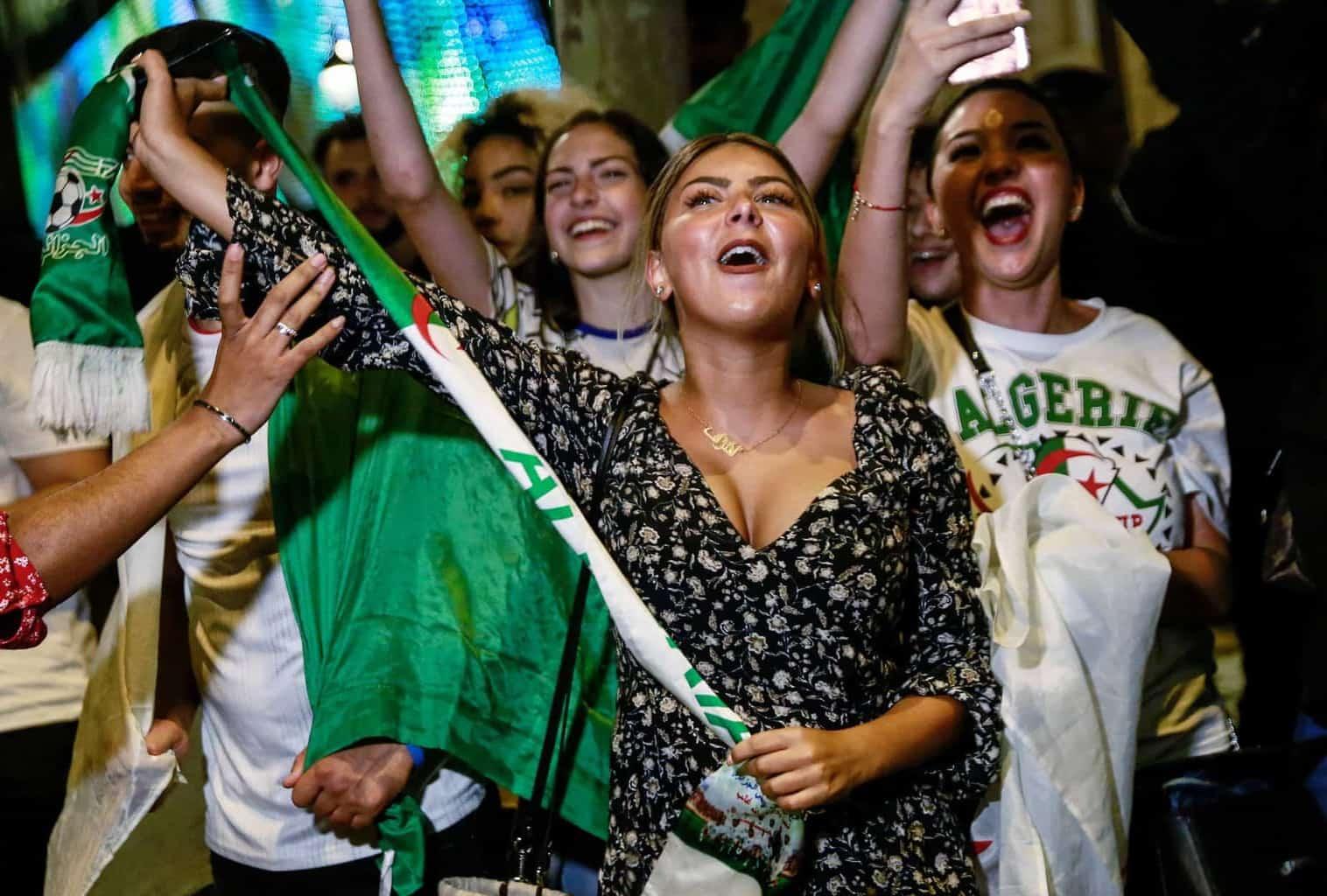 جمهور الجزائر يحتفل بالتأهل إلى نهائي كأس أمم أفريقيا 2019 على حساب نيجيريا (صور: AFP)