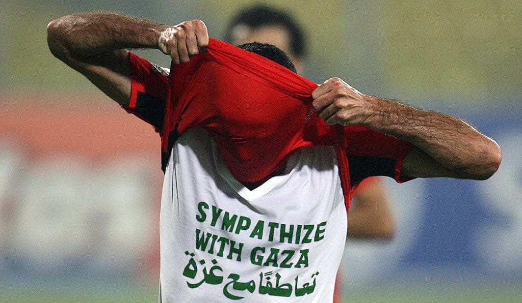 أبو تريكة يُظهر قميص تعاطفًا مع غزة في مباراة مصر والسودان بدور مجموعات كأس أمم أفريقيا 2008 (صور: Getty)
