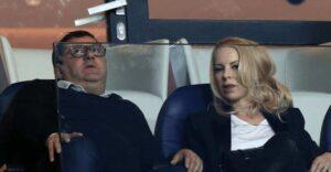 "وكيل اللاعبين مينو رايولا مع زوجة زلاتان إبراهيموفيتش ""هيلين"" (صور: Getty)"