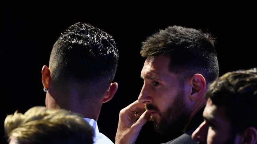"""حديث بين ليونيل ميسي وكريستيانو رونالدو في حفل الاتحاد الأوروبي """"يويفا"""" عام 2019 (صور: Getty)"""