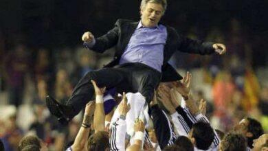 مورينيو محمولا من طرف لاعبي ريال مدريد (صور : caughtoofside)