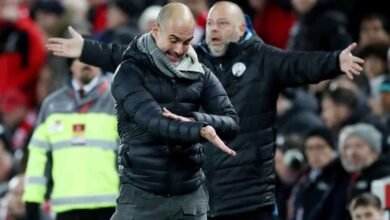 اعتراض جوارديولا على التحكيم في مباراة ليفربول ومانشستر سيتي 10-11-2019 (صور: AFP)