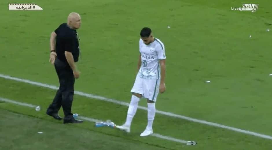 يوسف بلايلي يركل زجاجة الماء اعتراضًا على المدرب كريستيان جروس أثناء تغييره في ديربي جدة (صور: RiyadiyaTV)