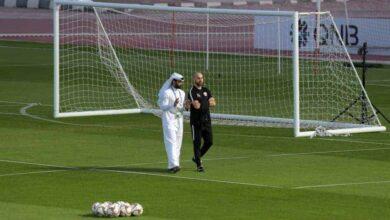 حديث بين المدير الفني لمنتخب قطر فيليكس سانشيز وعلي الصلات المسؤول الاعلامي لمنتخب قطر الأول (صور: Getty)