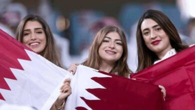 جمهور كرة القدم - مشجعات مع علم قطر في ستاد خليفة الدولي ملعب نهائي كأس العالم للأندية 2019 (صور: Getty)