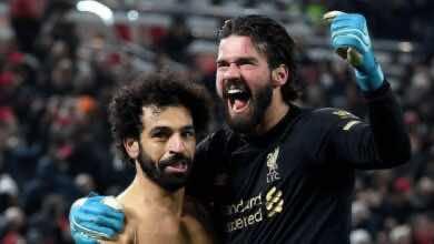 أليسون بيكر يحتفل مع محمد صلاح بعد هدفه في مباراة ليفربول ومانشستر يونايتد (صور: Getty)