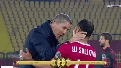 تحية وسلام خاص بين جاريدو ووليد سليمان عقب انتهاء مباراة الأهلي والنجم الساحلي. (صور: TV)
