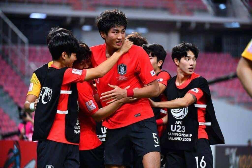فرحة لاعبو كوريا الجنوبية بالفوز على السعودية والتتويج بلقب كأس أمم اسيا تحت 23 عاما فى تايلاند (صور:AFC twitter)