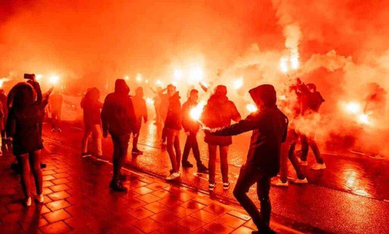 جمهور كرة القدم - جمهور نادي ايندهوفن يشعل الشماريخ قبل مباراة فيليم في الدوري الهولندي (صور: Getty)