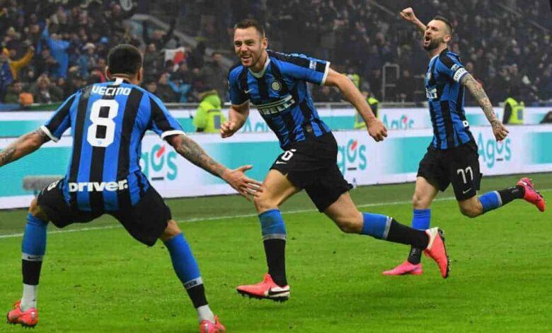 ستيفان دي فري يسجل الهدف الثالث في مباراة الإنتر وميلان ديربي الاخوة الأعداء في الدوري الايطالي 2020 (صور: Getty)