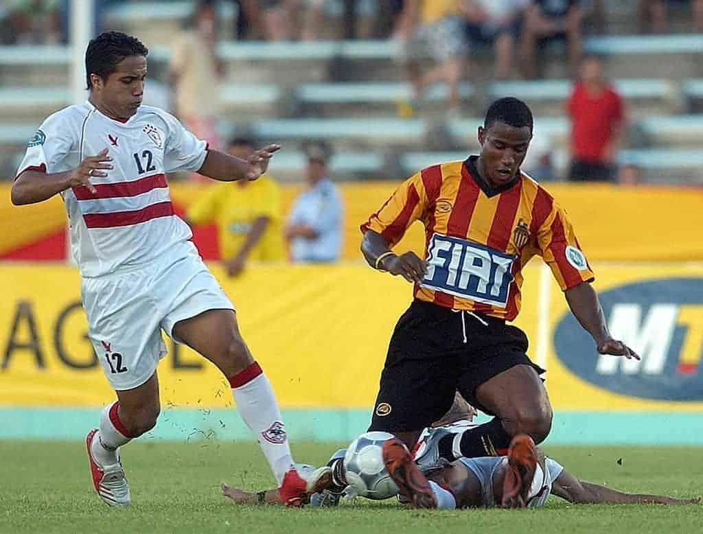 المهاجم التونسي علي الزيتوني يتعرض للعرقلة في مباراة الزمالك والترجي بدوري أبطال أفريقيا عام 2005 (صور: Getty)