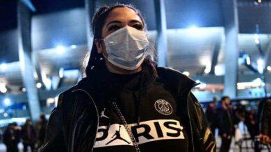 مشجعة لفريق باريس سان جيرمان ترتدي الكمامه للوقاية من فيروس كورونا (صورة: Getty)