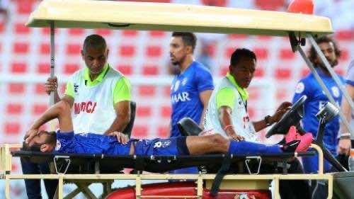 خروج لاعب الهلال عبدالله عطيف مصابا من مباراة شباب الاهلي دبي فى دوري ابطال اسيا (صور:Google)