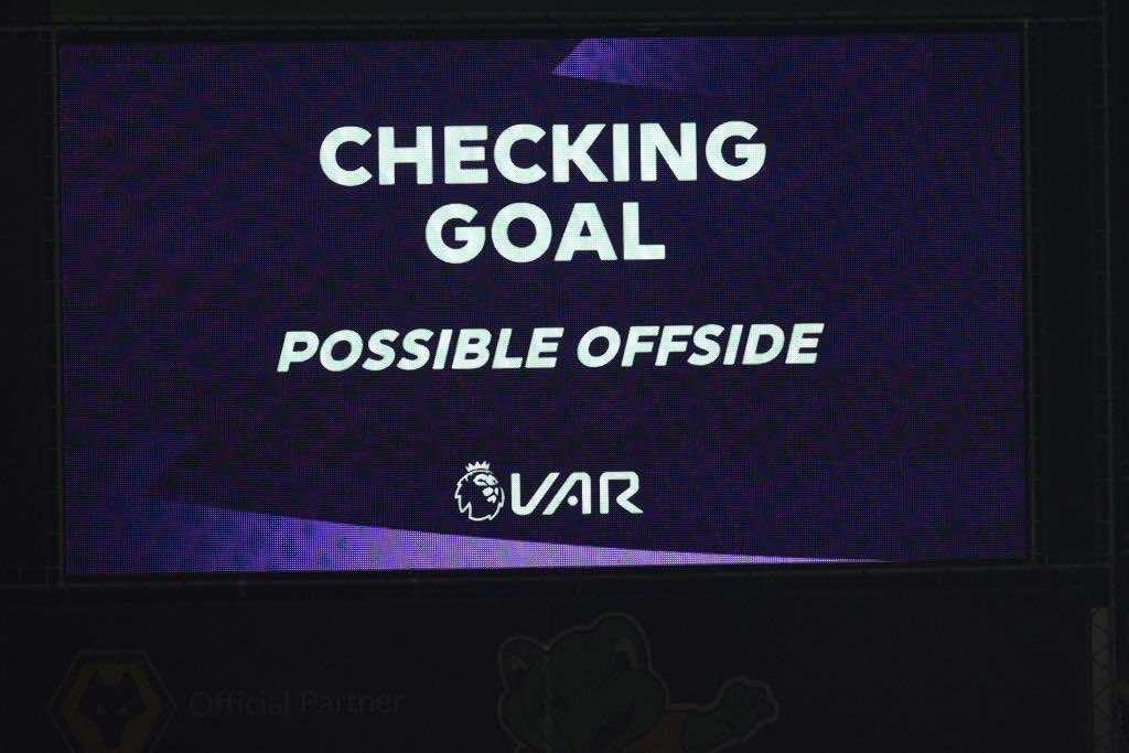 قانون التسلل في كرة القدم تحت رحمة التكنولوجيا وتقنية الفار