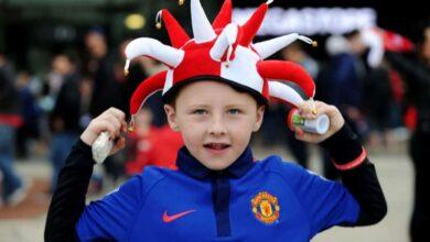 صورة لأصغير مشجعي فريق مانشستر يونايتد من امام ملعب اولد ترافورد (صورة :manchesterevening)