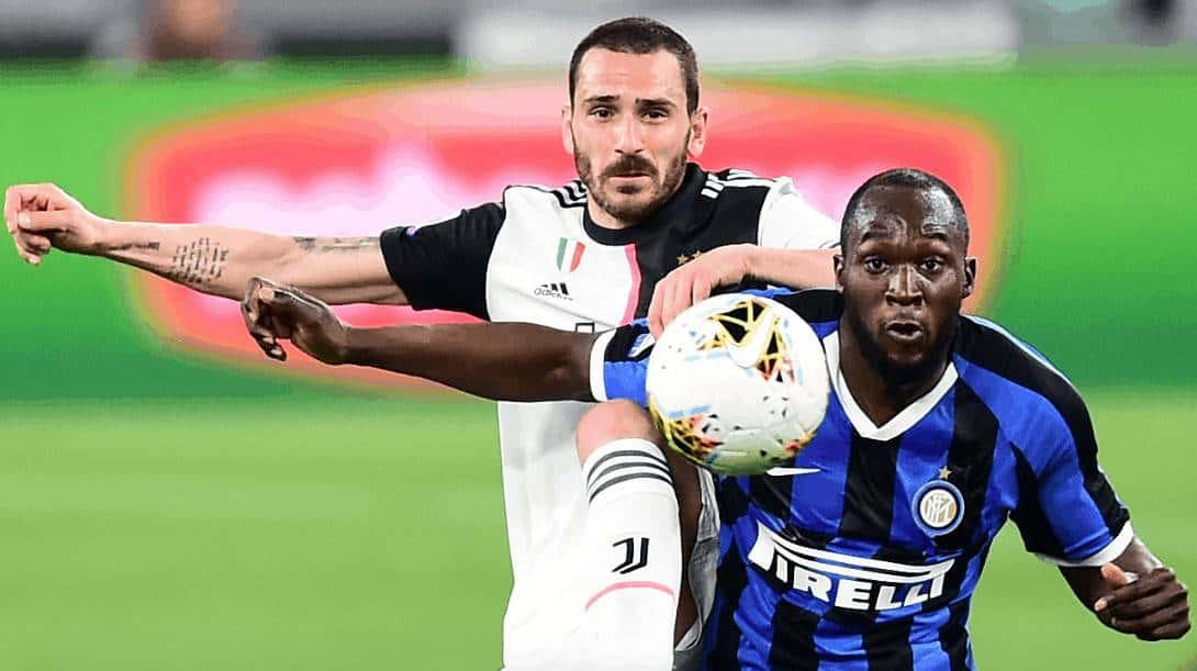 لوكاكو وبونوتشي في مباراة يوفنتوس والإنتر 2020 (صور: AFP)