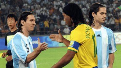 رونالدينيو يصافح ميسي في مباراة البرازيل والأرجنتين (صور: Getty)