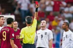 واين روني يتلقى البطاقة الحمراء في مباراة البرتغال بكأس العالم 2006 (صورة: mirror)