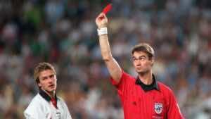 ديفيد بيكهام يتلقى البطاقة الحمراء (صورة: Getty)