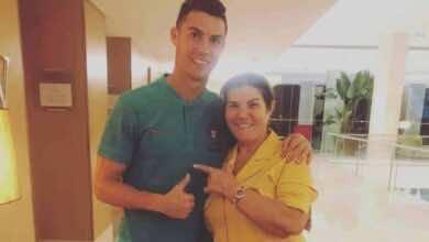 كريستيانو رونالدو بجانب والدته (صورة: AS)