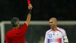 زين الدين زيدان يتلقى البطاقة الحمراء في نهائي كأس العالم 2006 (صورة: thefutboltimes)
