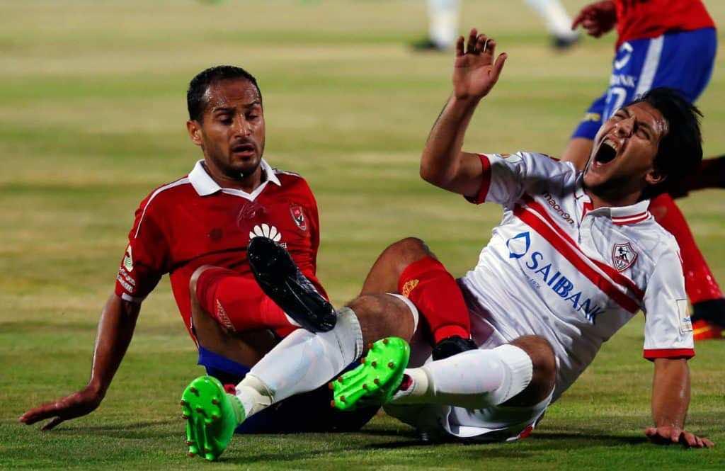 محمد عادل جمعة في صراع على الكرة مع وليد سليمان لاعب الأهلي(صورة :AFP)