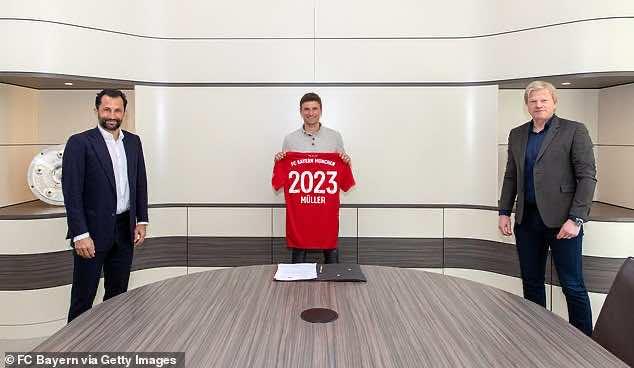 مولر ينشر صورة طريفة لتوقيع عقده الجديد مع البايرن عن بُعد
