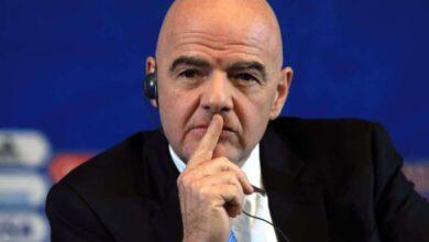 """رئيس الفيفا يُعبر عن غضبه من سؤال """"متى تعود كرة القدم""""؟"""