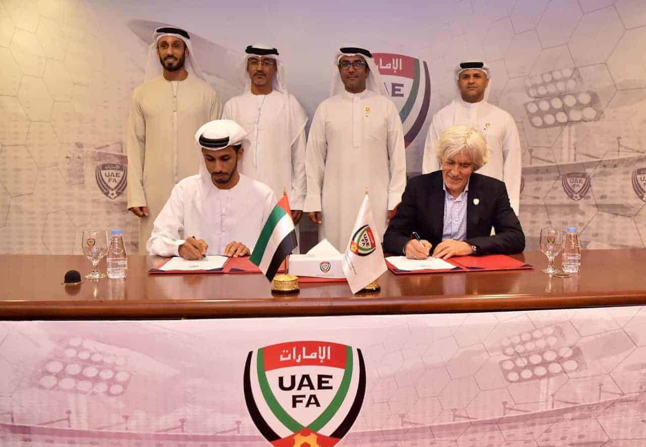 توقيع يوفانوفيتش على عقود تدريب منتخب الإمارات (صورة: uaefa_ae)