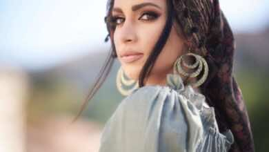 ديمي ستاماتيليا صديقة عمرو وردة بالزي اليوناني التقليدي