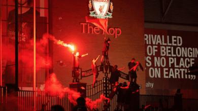 صورة احتفالات جماهير ليفربول تزيد عن الحد .. والشرطة تضطر للتدخل