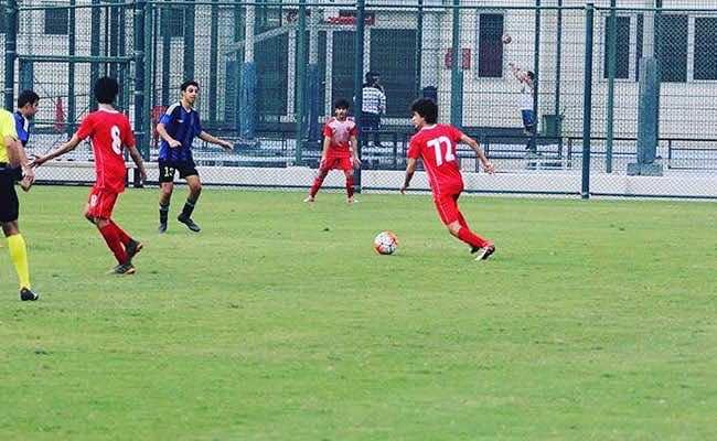احمد محمد ابو تريكة بالقميص رقم 72 مع فريق الناشئين في العربي القطري