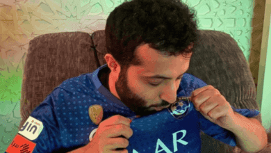 تركي آل الشيخ يقبل شعار الهلال