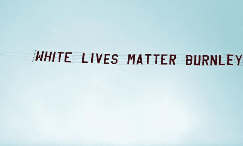 طائرة تحلق فوق ملعب مباراة مانشستر سيتي وبيرنلي برسالة عنصرية حياة البيض مهمة يا بيرنلي - صور AFP