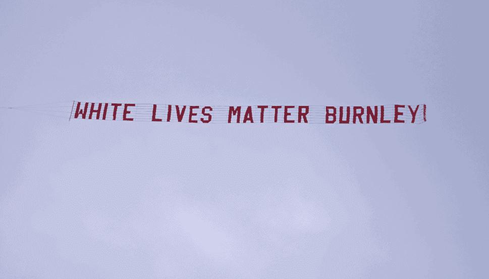طائرة تحلق فوق ملعب مباراة مانشستر سيتي وبيرنلي برسالة عنصرية حياة البيض مهمة يا بيرنلي