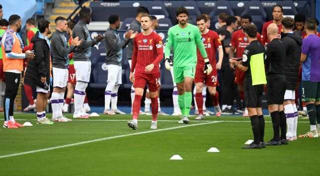 لحظة دخول لفربول بطل الدوري الانجليزي وممر شرفي من لاعبو السيتي (صور:AFP)