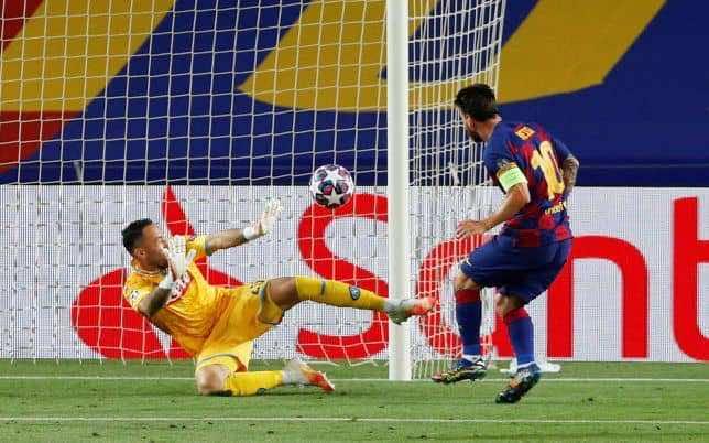 هدف ميسي الملغي فى مباراة نابولي بدوري ابطال اوروبا (صور:AFP)