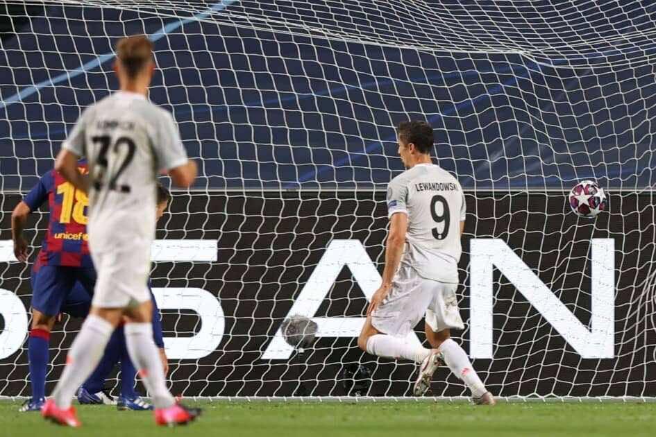 ليفاندوفسكي يسجل فى مباراة الفوز على برشلونة 8-2 بدوري الابطال (صور:AFP)