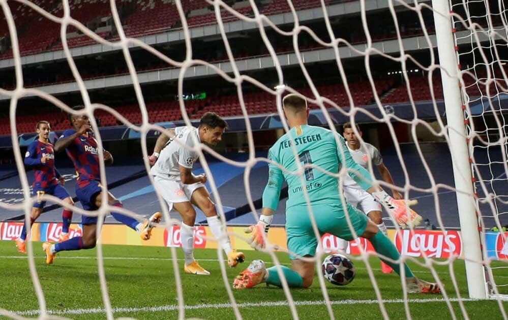 لحظة تسجيل فيليب كوتينيو فى شباك برشلونة بدوري أبطال أوروبا (صور:AFP)