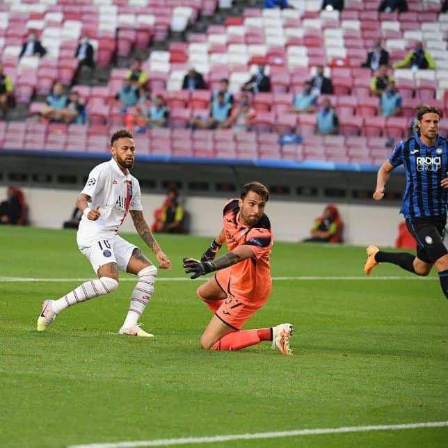 نيمار يهدر فرصة مؤكدة في مباراة باريس سان جيرمان واتلانتا