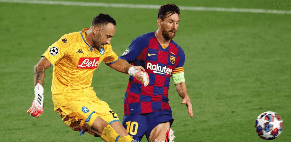 ميسي يتدخل على أوسبينا - مباراة برشلونة ونابولي في دوري ابطال اوروبا