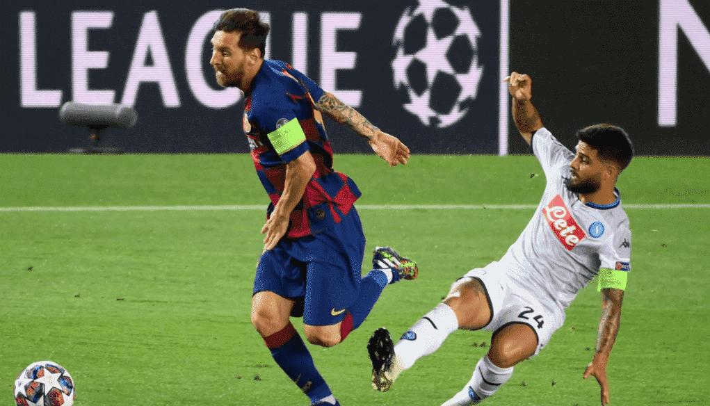 ليونيل ميسي يمر من لورينزو إينسيني في مباراة برشلونة ونابولي