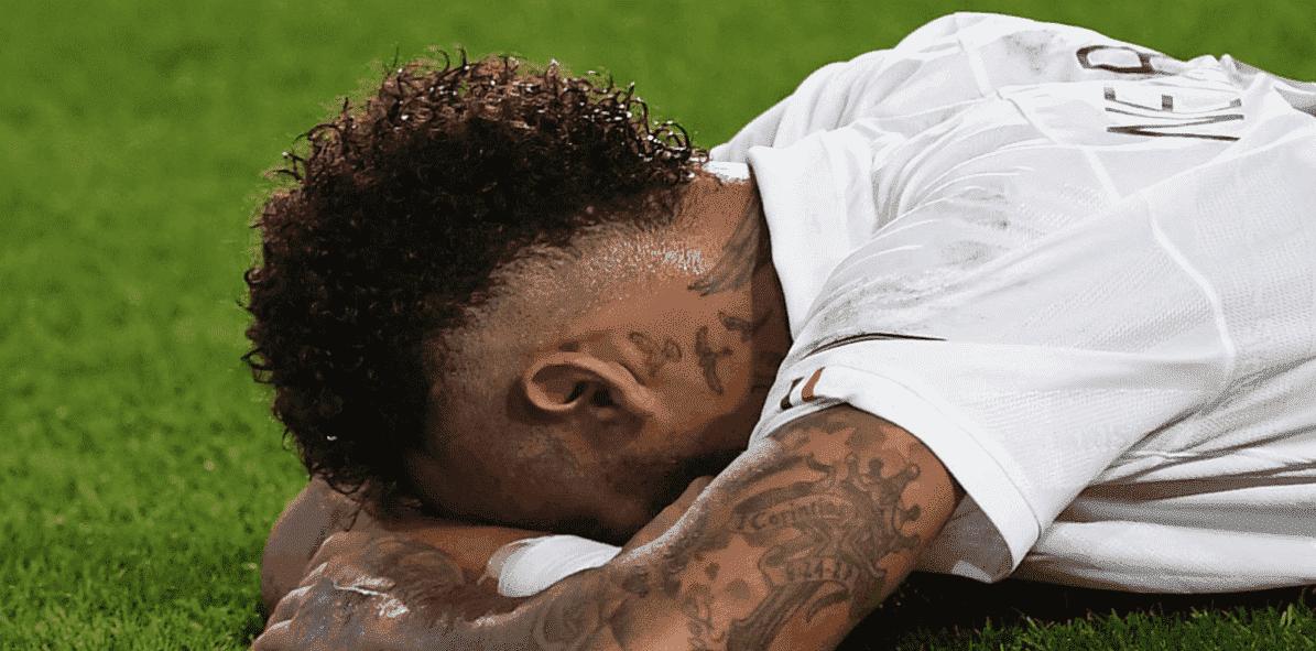 حسرة نيمار على اضاعة هدف في مباراة باريس سان جيرمان واتلانتا في دوري ابطال اوروبا - صور Getty