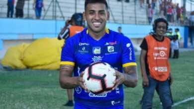 صورة غرامة مالية على لاعب في الدوري الإكوادوري، والسبب؟ تقبيل الكرة!!