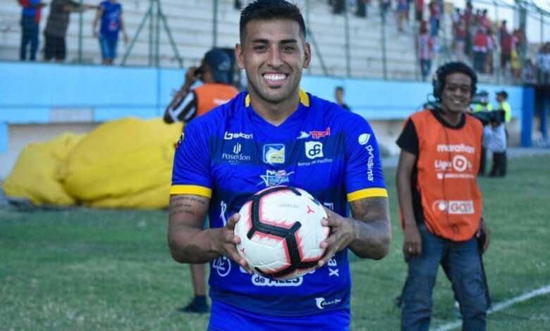 غرامة مالية على لاعب في الدوري الإكوادوري، والسبب؟ تقبيل الكرة!!