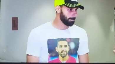 محمود جنش يرتدي قميص مطبوع عليه صورة مؤمن زكريا ، لدعمه في محنته الصحية