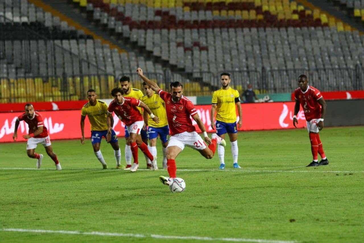 علي معلول يسجل هدف الاهلي امام الإسماعيلي في الدوري المصري