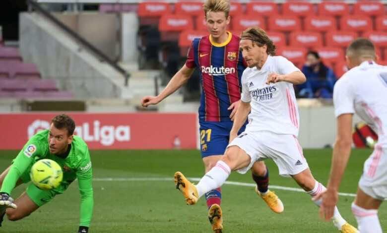 مودريتش يسدل هدف ريال مدريد الثالث فى مباراة الفوز على برشلونة 3-1 بالليجا (صور:AFP)