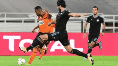 محسن ياجور يسدد الكرة أمام علي جبر في مباراة بركان وبيراميدز لحساب نهائي كأس الكونفدرالية 2020